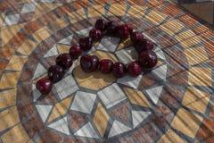Beschriften Sie P, das mit cherrys gemacht wird, um einen Buchstaben des Alphabetes mit Früchten zu bilden Stockfotografie