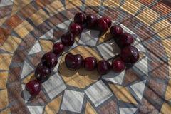 Beschriften Sie P, das mit cherrys gemacht wird, um einen Buchstaben des Alphabetes mit Früchten zu bilden Lizenzfreies Stockfoto