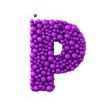 Beschriften Sie P, das von den Plastikperlen, die purpurroten Blasen gemacht wird, lokalisiert auf Weiß, 3d übertragen Lizenzfreies Stockfoto
