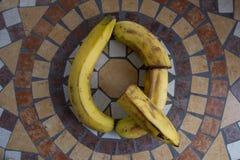 Beschriften Sie Q, das mit Bananen gemacht wird, um einen Buchstaben des Alphabetes mit Früchten zu bilden Stockfotografie
