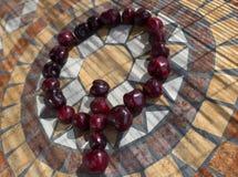 Beschriften Sie Q, das mit cherrys gemacht wird, um einen Buchstaben des Alphabetes mit Früchten zu bilden Stockfotos