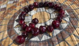 Beschriften Sie Q, das mit cherrys gemacht wird, um einen Buchstaben des Alphabetes mit Früchten zu bilden Lizenzfreie Stockfotos