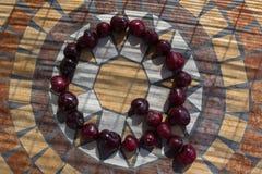 Beschriften Sie Q, das mit cherrys gemacht wird, um einen Buchstaben des Alphabetes mit Früchten zu bilden Lizenzfreies Stockbild