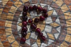 Beschriften Sie R, das mit cherrys gemacht wird, um einen Buchstaben des Alphabetes mit Früchten zu bilden Lizenzfreies Stockbild
