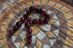Beschriften Sie R, das mit cherrys gemacht wird, um einen Buchstaben des Alphabetes mit Früchten zu bilden Stockbilder
