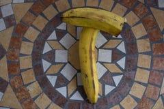 Beschriften Sie T, die mit Bananen gemacht wird, um einen Buchstaben des Alphabetes mit Früchten zu bilden Lizenzfreie Stockfotografie