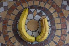 Beschriften Sie U, das mit Bananen gemacht wird, um einen Buchstaben des Alphabetes mit Früchten zu bilden Lizenzfreies Stockbild