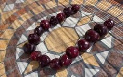 Beschriften Sie U, das mit cherrys gemacht wird, um einen Buchstaben des Alphabetes mit Früchten zu bilden Lizenzfreie Stockfotografie