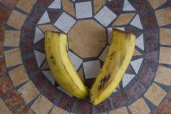 Beschriften Sie V, das mit Bananen gemacht wird, um einen Buchstaben des Alphabetes mit Früchten zu bilden Lizenzfreie Stockfotografie