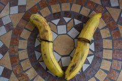 Beschriften Sie V, das mit Bananen gemacht wird, um einen Buchstaben des Alphabetes mit Früchten zu bilden Lizenzfreies Stockfoto