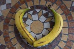 Beschriften Sie V, das mit Bananen gemacht wird, um einen Buchstaben des Alphabetes mit Früchten zu bilden Stockfotos