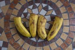Beschriften Sie W, das mit Bananen gemacht wird, um einen Buchstaben des Alphabetes mit Früchten zu bilden Stockbilder