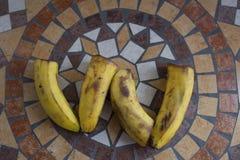 Beschriften Sie W, das mit Bananen gemacht wird, um einen Buchstaben des Alphabetes mit Früchten zu bilden Stockbild