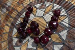 Beschriften Sie W, das mit cherrys gemacht wird, um einen Buchstaben des Alphabetes mit Früchten zu bilden Lizenzfreie Stockfotografie