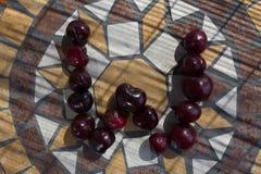 Beschriften Sie W, das mit cherrys gemacht wird, um einen Buchstaben des Alphabetes mit Früchten zu bilden Stockfoto