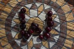 Beschriften Sie W, das mit cherrys gemacht wird, um einen Buchstaben des Alphabetes mit Früchten zu bilden Stockbild