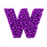 Beschriften Sie W, das von den Plastikperlen, die purpurroten Blasen gemacht wird, lokalisiert auf Weiß, 3d übertragen Stockbild