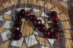 Beschriften Sie Z, das mit cherrys gemacht wird, um einen Buchstaben des Alphabetes mit Früchten zu bilden Lizenzfreies Stockbild