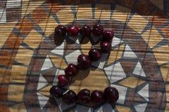 Beschriften Sie Z, das mit cherrys gemacht wird, um einen Buchstaben des Alphabetes mit Früchten zu bilden Lizenzfreie Stockfotos