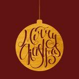 Beschriften von frohen Weihnachten in der Goldkugel Lizenzfreie Stockfotografie