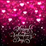 Beschriftende Valentinsgrüße und rosa Herzen auf dunklem Hintergrund Stockbild