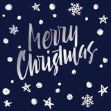 Beschriftung der frohen Weihnachten Moderne Handbeschriftung auf einer Blaurückseite Stockfoto