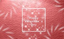 Beschriftung der glücklichen valentineÂs Tagesvor gealterter weißer Backsteinmauer schöner purpurroter rosa blauer Kurston und we lizenzfreie stockfotografie