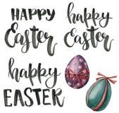 Beschriftung mit handgemalter Ostern-Phrase fröhliche Ostern Aquarellillustration mit den Eiern lokalisiert auf weißem Hintergrun stock abbildung