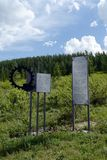 Beschrijving - een gedenkwaardig teken van de weg aan de Chulyshman-vallei op de pas katu-Yaryk stock afbeeldingen