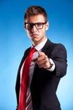 Beschuldigen junger Geschäftsmann Stockfoto