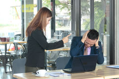 Beschuldigen Mann der verärgerten Cheffrau zur Herstellung des Unternehmenszusammenbruchs im Unternehmen Lizenzfreies Stockbild