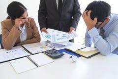 Beschuldigend bedrijfsconcept, de Hogere uitvoerende machtmanager die werknemer beschuldigen van fout of mislukking, binnen heeft stock afbeelding