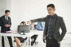 Beschwerdepersonal des verärgerten Chefs im Büro Stockfotos