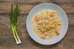 Besciamella degli spaghetti con gamberetto, carne di maiale tritata e la cipolla di inverno Fotografie Stock