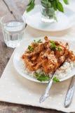 Besegra ris med nötköttstroganoff på en vit platta royaltyfria foton