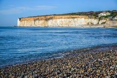 Besegrar den vita kritaklippan för sju systrar i söder nationalparken, East Sussex, Eastbourne, UK arkivfoton