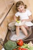 besegrar flickan little som tvättar sig Arkivbilder