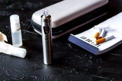Beseitigung der elektronischen Zigarette Tabakrauchens auf Dunkelheitsrückseite lizenzfreie stockfotos
