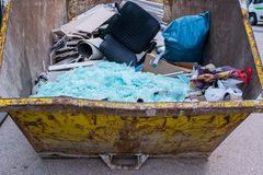 Beseitigung von Abfall in einem Behälter stockfotografie