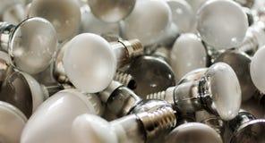 Beseitigung von benutzten energiesparenden Lampen, alte verbrauchte Birnen lizenzfreies stockfoto