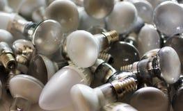 Beseitigung von benutzten energiesparenden Lampen, alte verbrauchte Birnen stockfotografie
