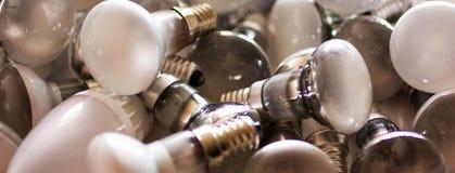 Beseitigung von benutzten energiesparenden Lampen, alte verbrauchte Birnen lizenzfreie stockfotografie