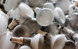 Beseitigung von benutzten energiesparenden Lampen, alte verbrauchte Birnen lizenzfreie stockfotos