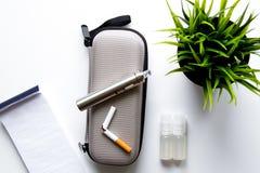 Beseitigung Zigarettenweiß backgr Tabakrauchens elektronischen stockbilder