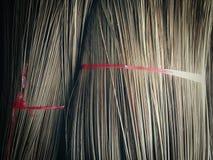 Besen hergestellt von der Kokosnussniederlassung Stockfoto