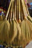 Besen und Broomsticks Lizenzfreie Stockfotos