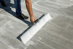 Besenvollenden einer Betonplatte Stockfotos