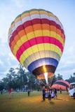 Besetzen Sie Einstellungsballon mit personal, bevor Sie dem Himmel freigeben Stockbilder