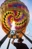 Besetzen Sie Einstellungsballon mit personal, bevor Sie dem Himmel freigeben Lizenzfreies Stockbild