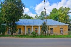 Besetzen Sie Gebäude des reisenden Palastes von Katharina die Große in Torzhok-Stadt, Russland mit Personal lizenzfreie stockfotografie